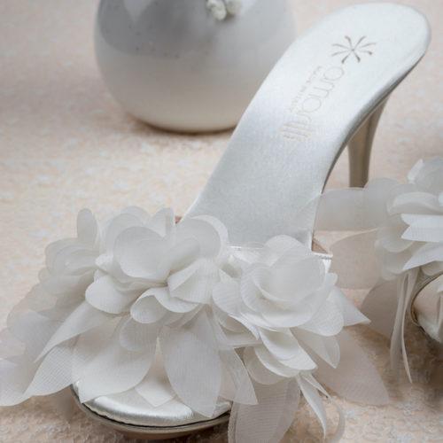Amarilli Giulia con Petali di Organza Ciabatta da Sposa